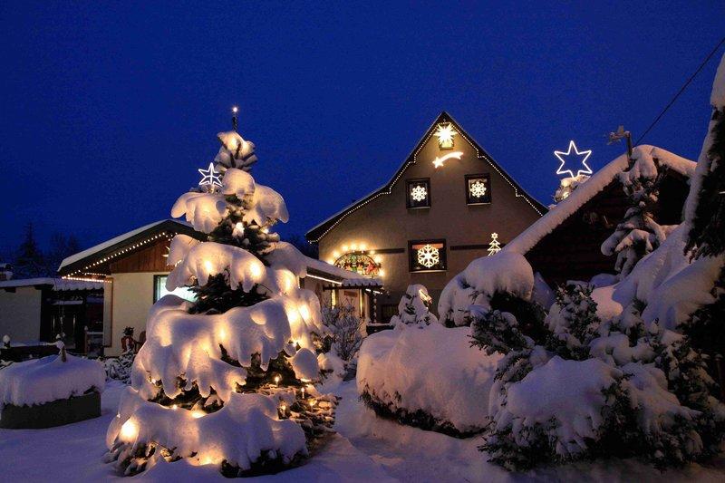 """MDR Fernsehen WEIHNACHTSWUNDERLAND, """"Die verrücktesten Weihnachtshäuser Mitteldeutschlands"""", am Mittwoch (21.12.11) um 20:15 Uhr. Oh du fröhliche, leuchtend bunte Weihnachtszeit! Der Mitteldeutsche Rundfunk suchte und fand die verrücktesten, strahlendsten Weihnachtshäuser und stellt die einzigartigen Menschen vor, die dahinter stecken, bzw. darin wohnen. – Bild: MDR/ Anne Mrosko"""