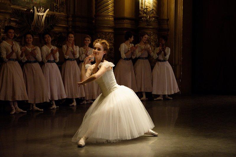 Thea (Hannah Dodd, M.) überzeugt an der Pariser Ballettschule im Jahr 1905 alle von ihrem großen tänzerischen Können. – Bild: ZDF und Nicolas Velter.