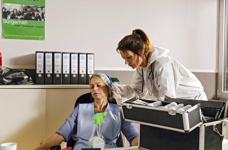 Eine Leiche im Revier: Pathologin Caroline Fuchs (Susu Padotzke) untersucht die tote Putzfrau. – Bild: © ARD/TMG/Emanuel Klempa