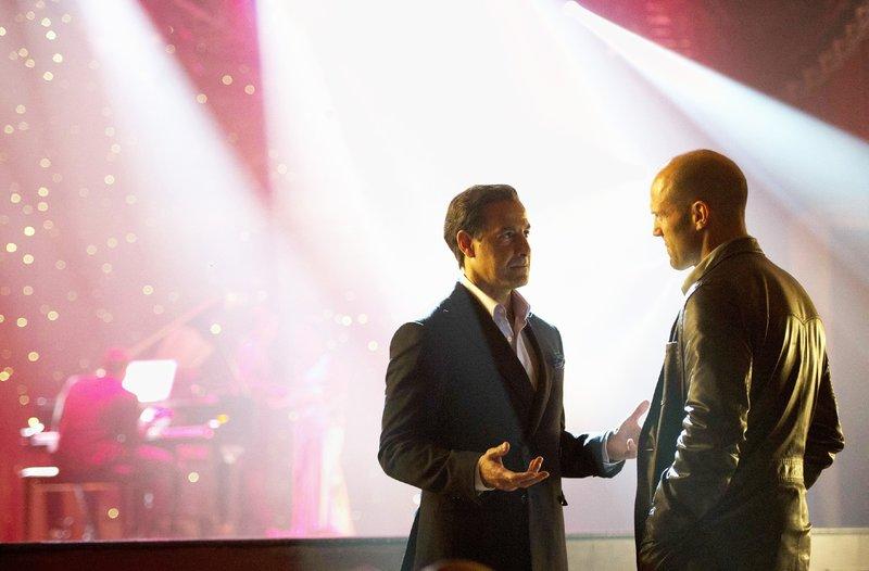 Mafia Boss Baby (Stanley Tucci, l.) schätzt Nick (Jason Statham) seit Jahren und gibt ihm die Chance, DeMarcos Behauptungen zu widerlegen. – Bild: RTL / Disney Enterprises,