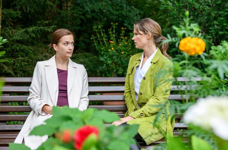 Jessica (Isabell Ege, r.) gesteht Eva (Uta Kargel, l.), dass Mariannes Verhalten sie sehr verunsichert. – Bild: ARD/Christof Arnold