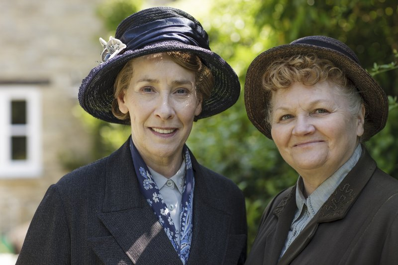 Mrs. Hughes (Phyllis Logan, l.) und Mrs. Patmore (Lesley Nicol) – Bild: TVNOW/ © 2015 Carnival Film & Television Limited. All Rights Reserved.