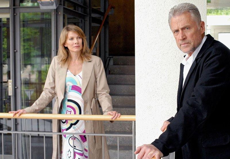 15 Uhr vom NDR im Ersten. Erschüttert gibt Jan Casstorff (Robert Atzorn) zu, die ermordete Prostituierte gekannt zu haben. – Bild: NDR/Svenja von S