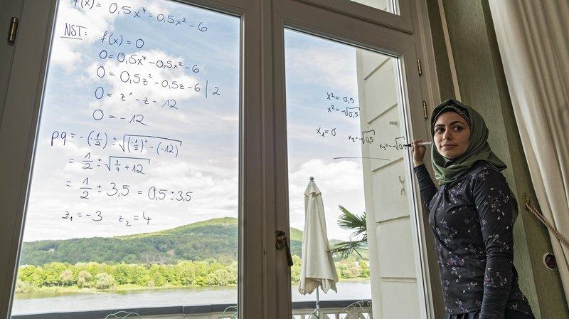 Der Film erzählt davon, was Bildung neben Selbstoptimierung und Karrierechancen vor allem sein kann: Der gemeinsame Versuch, einen richtigen Weg zu finden. Bingül (Yeliz Simsek) erklärt Mathematik. – Bild: WDR/Thomas Kost