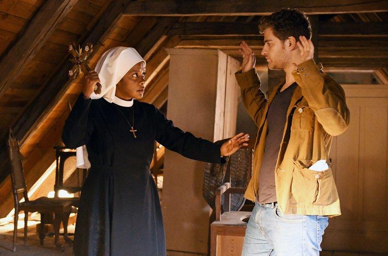 Ronnie (Rony Herman, r.) hat auf dem Dachboden einen Kirchenschatz gefunden.Schwester Lela (Denise M'Baye, l.) überrascht ihn und hält ihn mit einem Kreuz in Schach. – Bild: ARD/Barbara Bauriedl
