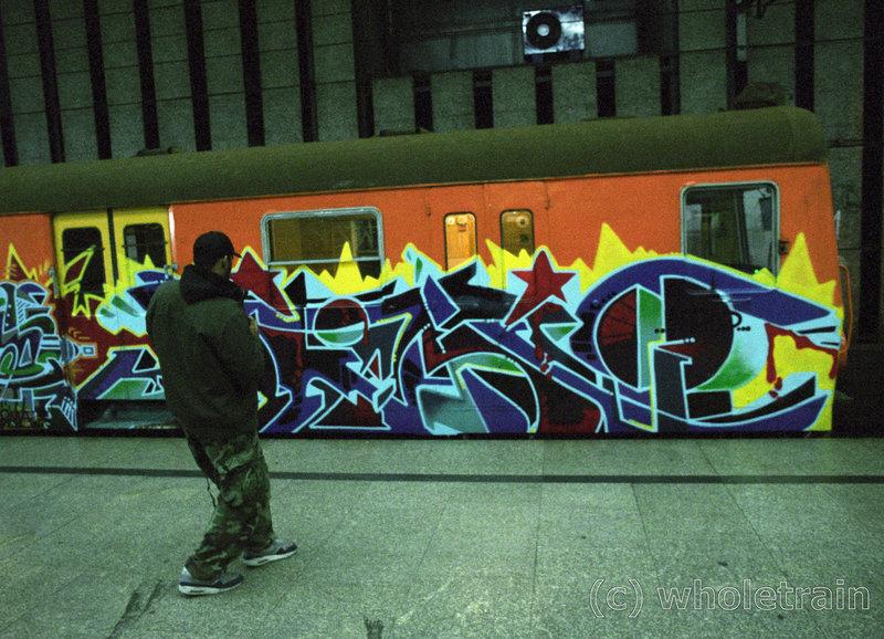 Ein Mitglied der Konkurrenz -Crew A.T.L. beim Fotografieren eines eigenen Zug-Graffitis in einer U-Bahnstation. – Bild: ZDF und Pavel