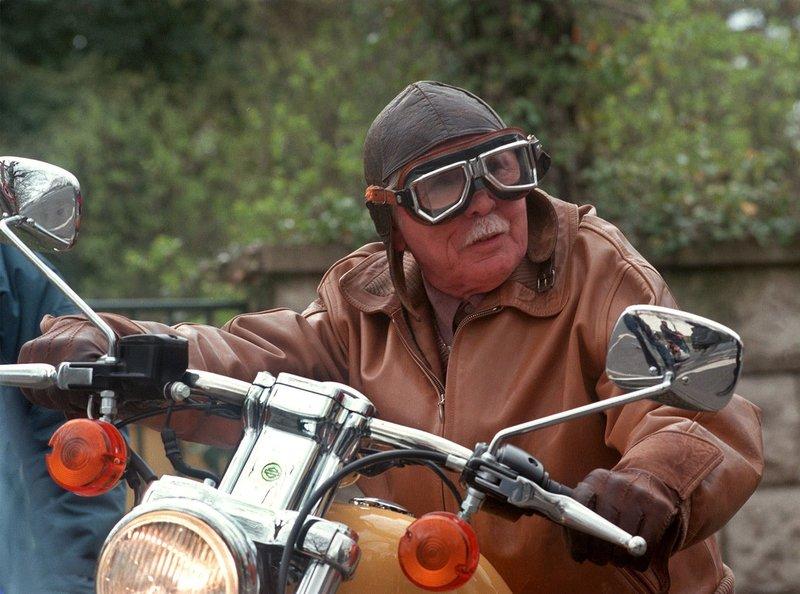 Friedrich Steinbach (Fred Delmare) auf Sebastians Motorrad. – Bild: MDR/Laue