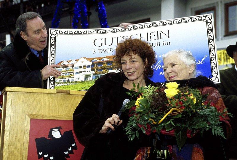 Resi (Ruth Drexel, r.) hat bei einer Tombola gewonnen. Hermann Keusch (Henry van Lyck, l.) und Clara Sailinger (Nina Hoger, M.) übergeben den Hauptpreis. – Bild: SAT.1 / Magdalena Mate Eigenproduktionsbild frei