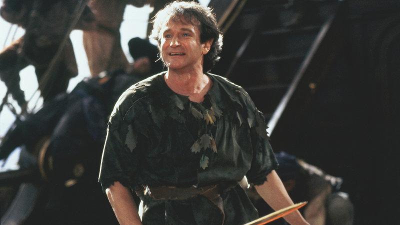 Peter Banning (Robin Williams) ist gezwungen, sich an seine Vergangenheit zu erinnern, als seine Kinder von seinem alten Erzfeind Captain Hook ins Nimmerland entführt werden. – Bild: RTL II