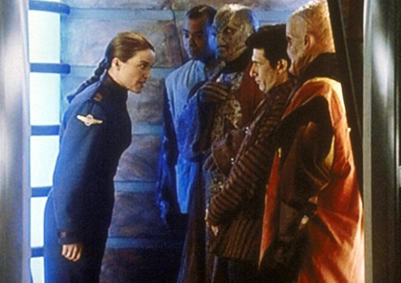Lieutenant Commander Ivanova (Claudia Christian, l.) sagt Kaufleuten und Botschaftern ihre Meinung. – Bild: ProSieben MAXX