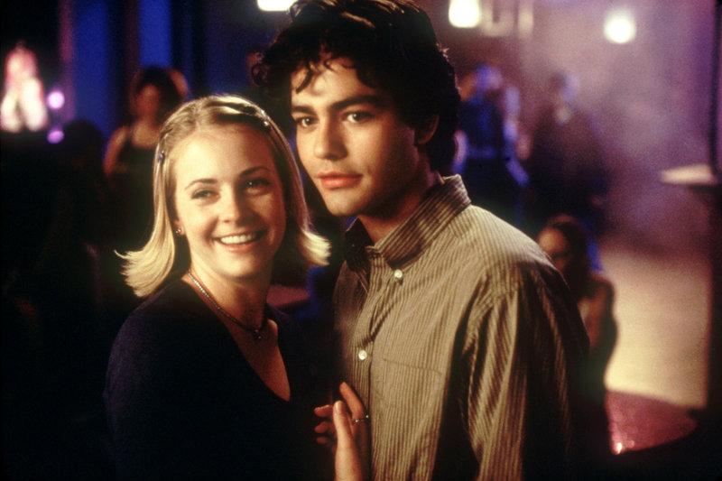 Misslungene Beziehungen bringen die ehemaligen Sandkastenfreunde Nicole (Melissa Joan Hart) und Chase (Adrian Grenier) wieder näher. – Bild: VOX