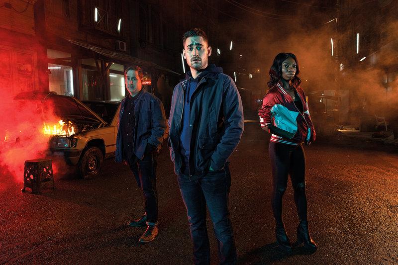 """Grenzschützer Lewis (Michael Socha, M.) ist auch ein """"Grenzgänger"""", denn er ist auch zur Hälfte ein Alien. So wie sein Arbeitskollege Dominic (Jim Howick, l.) und Lewis' Schwarm, die abgebrühte Lilyhot (Michaela Coel, r.). – Bild: ZDF und HAL SHINNIE"""