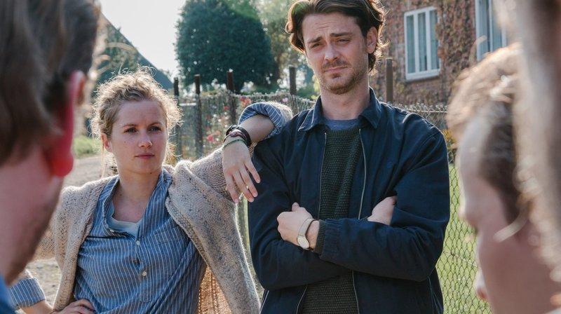 Wie bringt man die Fischer unter die Haube? Alex (Sebastian Fräsdorf) und Marie (Cornelia Gröschel) nehmen die Sache in die Hand. – Bild: ARD Degeto/George Cifteli