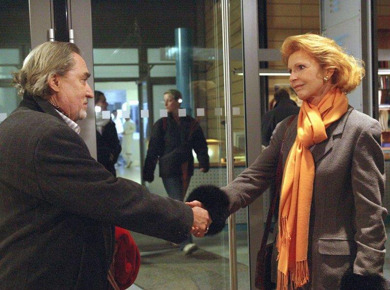 30 Uhr. Jochen Moosberg (Nicolas Lansky) und Ingrid (Jutta Kammann) gehen in Trauer um Gisela auseinander. – Bild: NDR/MDR/Krajewski
