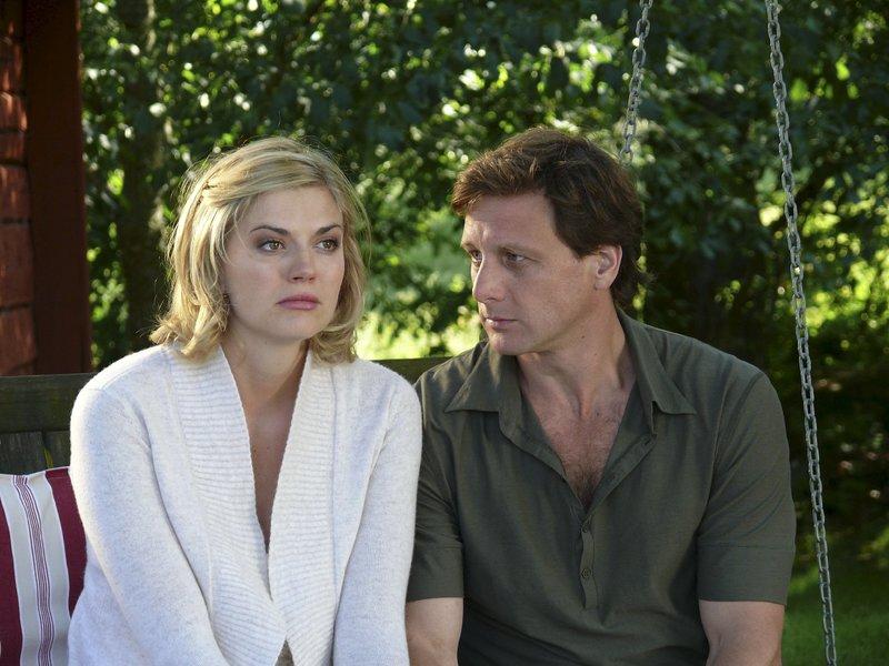 Svea (Nina Bott) fühlt sich zu dem attraktiven Schreiner Anders (Hendrik Duryn) hingezogen. Doch kann sie die Schatten der Vergangenheit hinter sich lassen? – Bild: ZDF und Marco Meenen