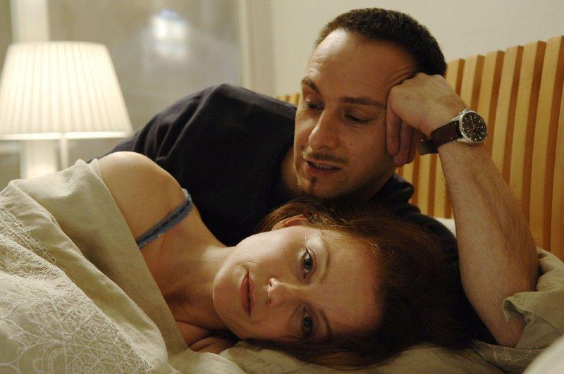 Andrea (Carina Wiese) ist unglücklich, weil Semir (Erdogan Atalay) beruflich so eingespannt ist und immer so spät heim kommt. – Bild: Nitro.