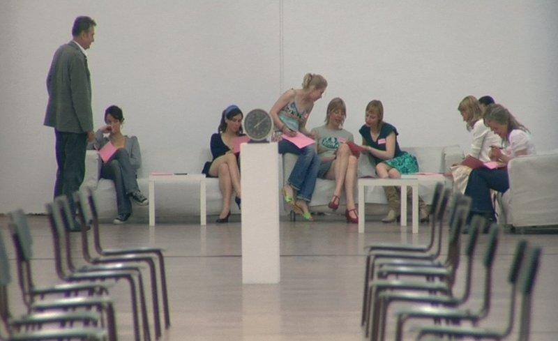 Von links: der Veranstalter (Wilm Roil), Susanna (Julia Koschitz), Miriam (Kathrin von Steinburg), Katharina (Tanja Schleiff), Susanne (Anna Böger), Isabella (Katharina Schubert), Jasmin (Julia Heinze), Irina (Lisa Wagner) und Jule (Anja Klawun). – Bild: BR