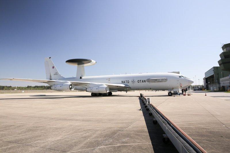 Die Doku porträtiert die speziellen Flugzeuge und die unglaubliche Technik, mit der sie arbeiten und die eine 360-Grad-Ansicht von bedrohten Gebieten ermöglicht. – Bild: TVNOW / TwoFour
