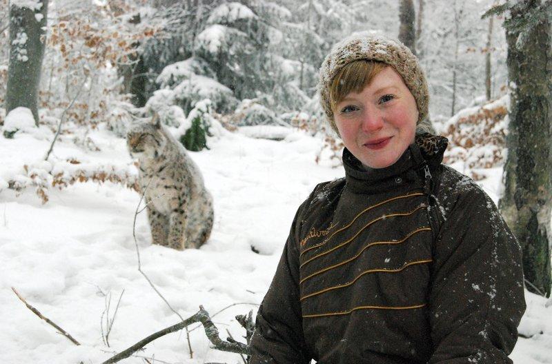Paula im Schnee. Im Hintergrund: ein Luchs. – Bild: BR/TEXT + BILD Medienproduktion