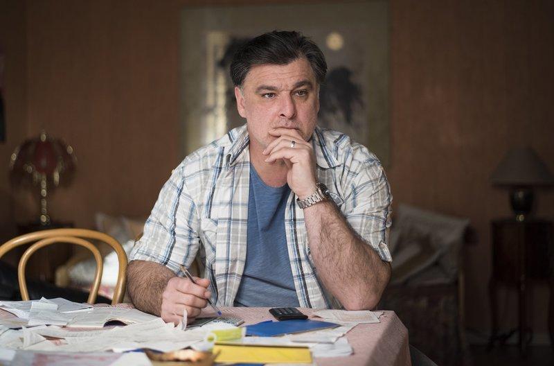 Murat (Erkan Gündüz) ist nach wie vor skeptisch, ob sein Sohn Paul nicht etwas mit dem Anschlag auf den Showroom des geplanten Hotels zu tun hat. – Bild: WDR/Steven Mahner