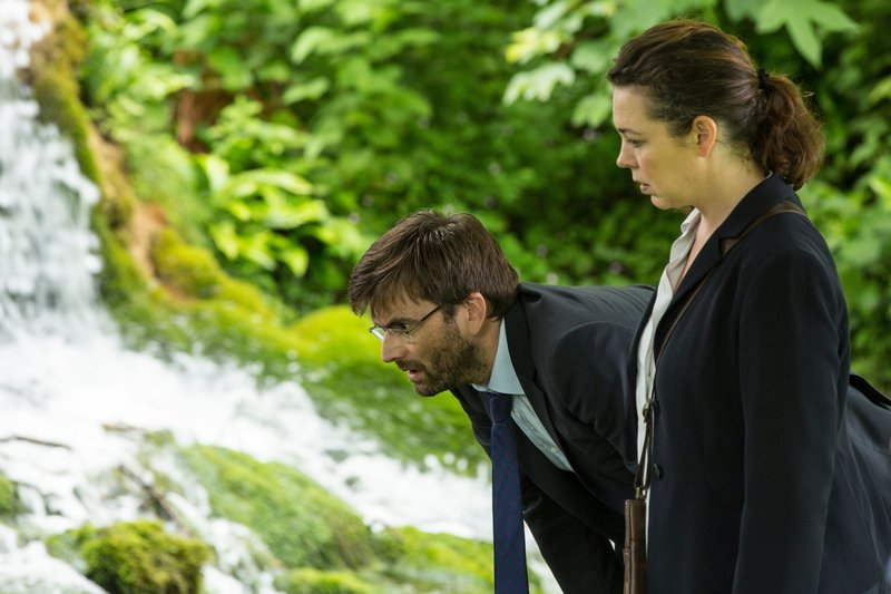 DI Alec Hardy (David Tennant, l.) und DS Ellie Miller (Olivia Colman, r.) suchen am Tatort nach Spuren der Vergewaltigung. – Bild: ZDF und Colin Hutton.