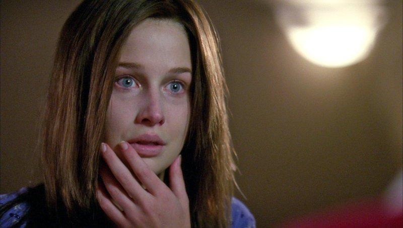 Heather Hallander (Ellen Woglom) war seit ihrem 14. Lebensjahr verschwunden. Vier Jahre später steht sie völlig abgemagert vor der Tür ihrer Eltern und behauptet, dass sie entführt wurde und jahrelang als Sexsklavin in einem Keller missbraucht wurde. – Bild: MG RTL D Foto: MG RTL D