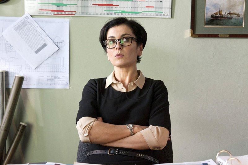 Hanna Jens (Marie-Lou Sellem) wird völlig überraschend zur zweiten Geschäftsführerin ernannt. – Bild: ARD Degeto/BR/Christine Schroeder / Christine Schroeder