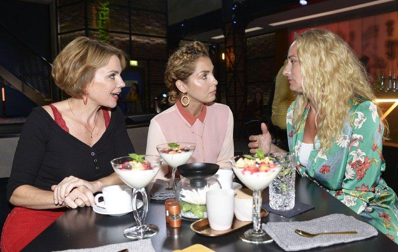 Yvonne (Gisa Zach, l.) und Maren (Eva Mona Rodekirchen, r.) können Ninas Gefühlswelt nicht ganz nachvollziehen. – Bild: TVNOW / Rolf Baumgartner