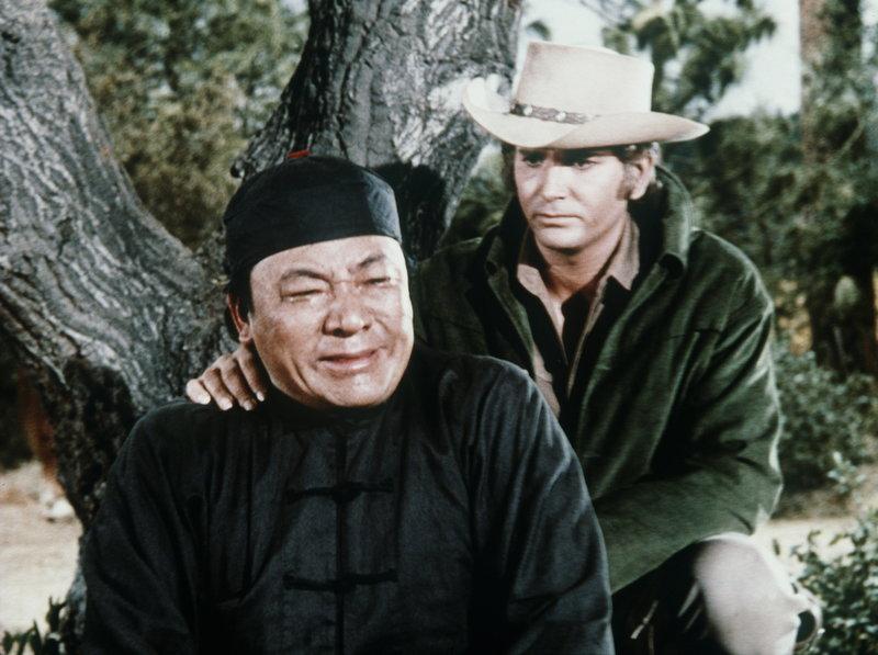 Als Little Joe (Michael Landon, r.) klar wird, dass zwei Rancher Hop Sings (Victor Sen Yung, l.) Zopf abgeschnitten haben, macht er sich auf, diesen wieder aufzutreiben. Mit fatalen Folgen ... – Bild: Sat.1 Gold