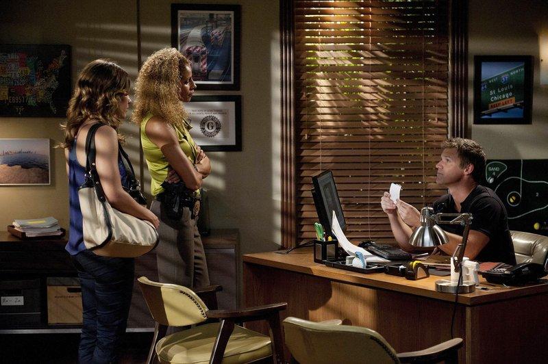 v.li. Callie Cargill (Kiele Sanchez), Colleen Manus (Michelle Hurd) und Jim Longworth (Matt Passmore) – Bild: MG RTL D