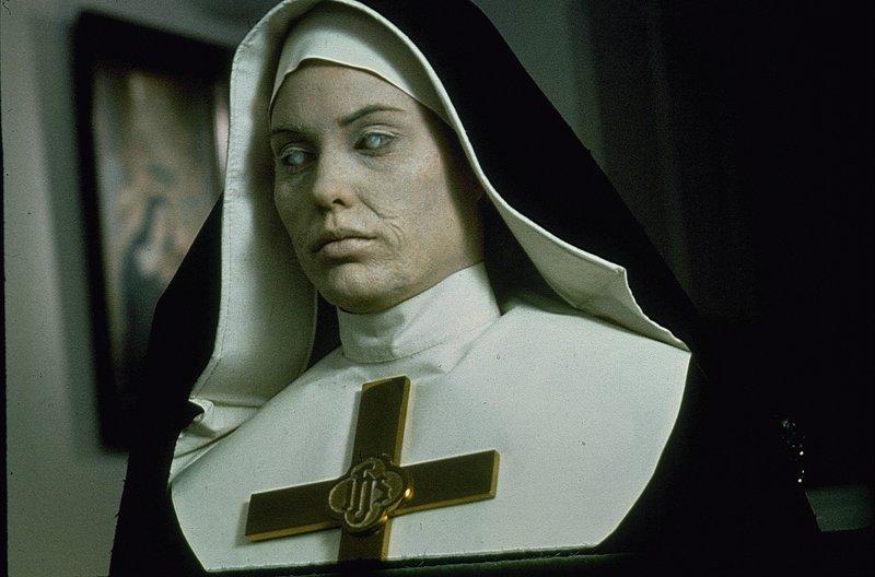 Seitdem das Model Alison Parker (Christina Raines) in dem alten viktorianischen Haus wohnt, wird es von grausamen Träumen heimgesucht ... – Bild: 1977 NBCUniversal ALL RIGHTS RESERVED. Lizenzbild frei