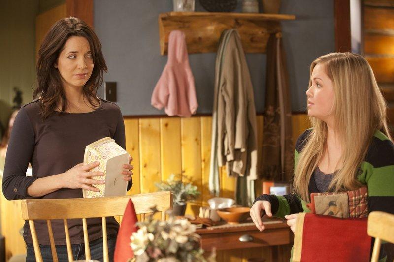 Samantha Louise 'Lou' Fleming (Michelle Morgan, l.); Mallory Wells (Jessica Amlee, r.) – Bild: Rescued Horse Season Five Inc. Lizenzbild frei