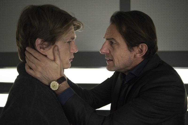 Oliver Radek (Hans-Werner Meyer, r.) ist außer sich vor Angst um seine Frau Anke und fleht seinen Sohn Tobias (Sven Gielnik, l.) an, ihm zu helfen. – Bild: ZDF und Oliver Feist