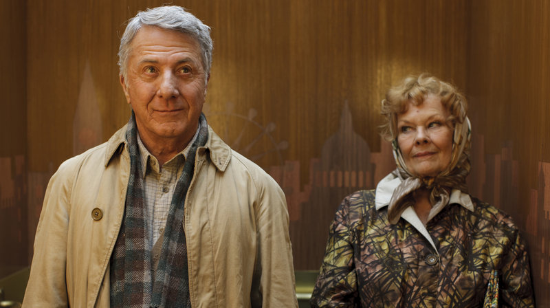 """Leider beschränkt sich der Kontakt zwischen Mr. Hoppy (Dustin Hoffman) und seiner Nachbarin Miss Silver (Judi Dench) auf das tägliche """"Guten Tag"""" im Fahrstuhl. – Bild: ARD Degeto/"""