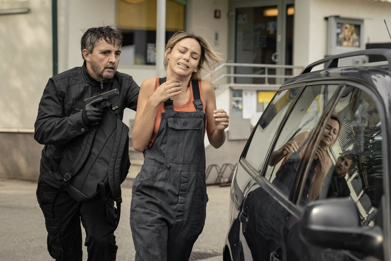 Nachdem Norbert Rabel (Harald Schrott) den Tankwart erschossen hat, nimmt er die Angestellt Eva (Heidi Berger) als Geisel – Bild: ServusTV / Monafilm / Olaf R. Benold