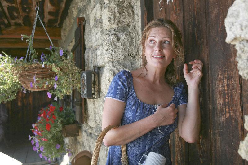 Mit List und weiblicher Raffinesse hat Marie Hofer (Karin Thaler) nun doch eine Hilfe für die Hofarbeit gefunden, aber die will erst einmal geweckt sein. – Bild: ZDF und Christian A. Rieger
