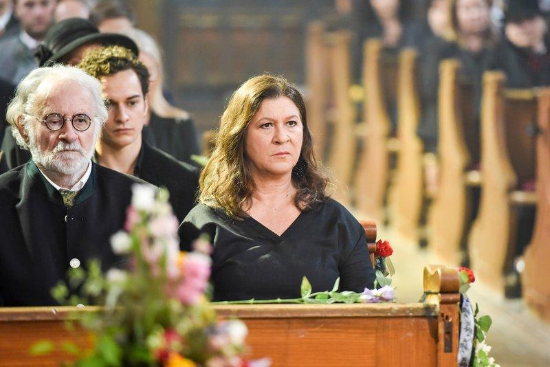 Leopold (Fred Stillkrauth) und Eva Lorenz (Eva Mattes) auf der Trauerfeier von Vinz Hubers Frau. Hinter ihnen Bastian Pfeiffer (Raban Bieling). – Bild: Susanne Bernhard / ORF / ZDF