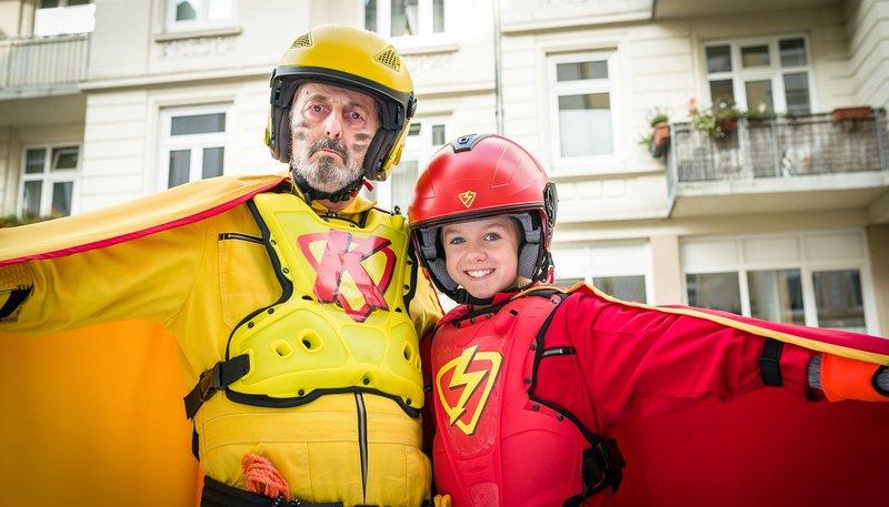 Jeden Tag eine gute Tat: Superhelden Klabauterman (Peter Rühring, li.) und Roter Blitz (Lilly Barshy, re.). – Bild: NDR/Boris Laewen
