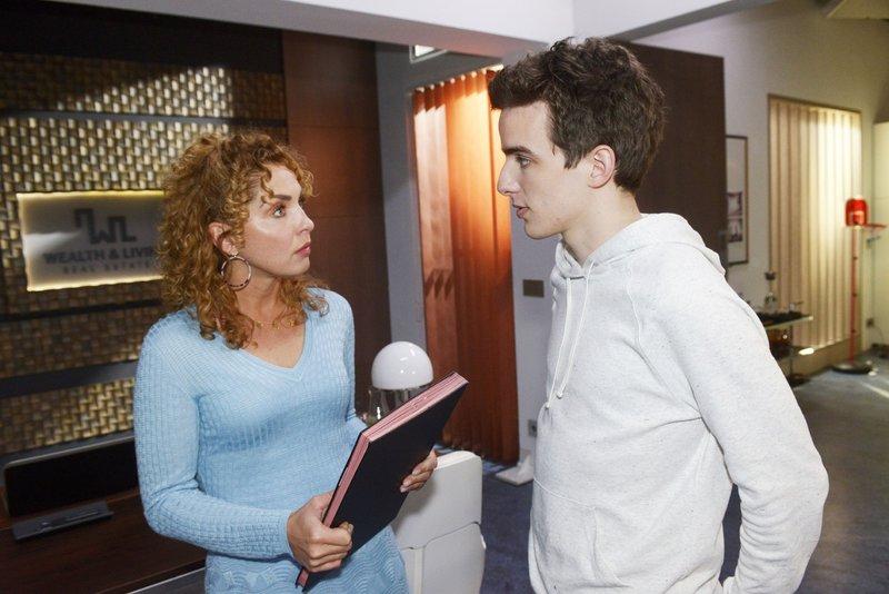 Nina (Maria Wedig) wird von Luis (Maximilian Braun) vor Augen geführt, was für ein toller Mann Robert ist. – Bild: RTL Passion