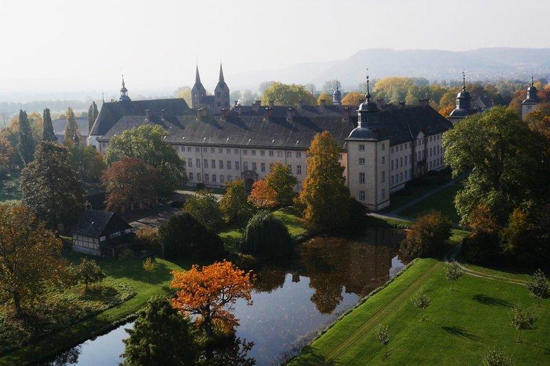Schlossfassade bzw. -anlage der ehemaligen Benediktinerabtei Corvey. – Bild: SRF/SWR