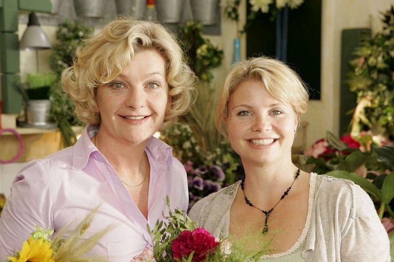 """Die junge Witwe Peggy (Annette Frier, r.) betreibt zusammen mit ihrer Mutter (Saskia Vester, l.) einen Blumenladen. Neben den bunten Gewächsen versucht Mama Schenk auch ihre Tochter wieder """"an den Mann"""" zu bringen ... – Bild: Sat.1 Eigenproduktionsbild frei"""