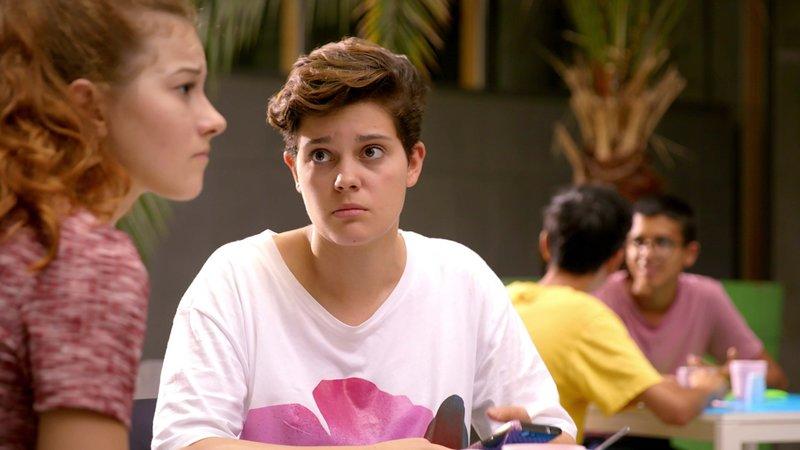 L-R: Toni (Luana Knöll), Azra (Lea Mirzanli) – Bild: Nickelodeon
