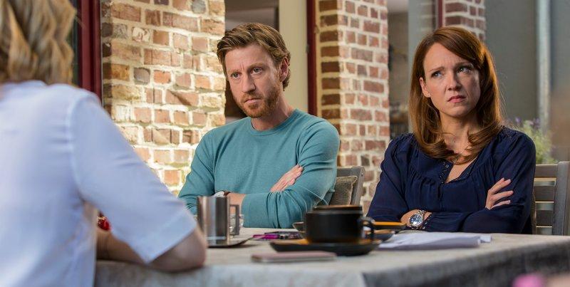 Toni (Carolin Kebekus) und Marc (Maxim Mehmet) stoßen bei Freundin Fabienne (von hinten: Jasmin Schwiers), mit ihrer besonderen Variante des Sorgerechtsstreits zunehmend auf Unverständnis. – Bild: ZDF und TOM TRAMBOW.