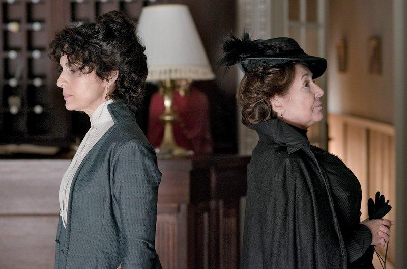 Doña Teresa (Adriana Ozores, li.) und Doña Ángela (Concha Velasco) – Bild: WDR/Beta Film