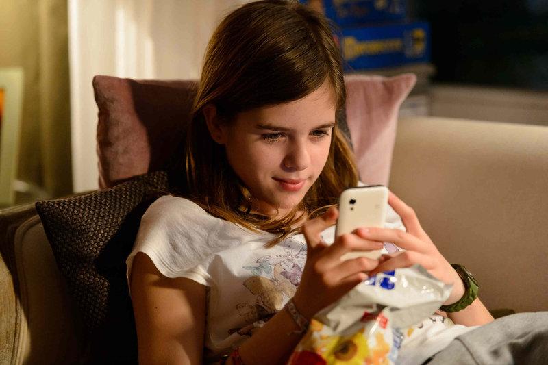 Nach der Trennung ihrer Eltern zieht sich die 12-Jährige Jessy (Jamie Bick) immer mehr in die Online-Welt zurück. Ihre neue Chat-Freundin Chrissy scheint die einzige Person zu sein, die sie versteht ... – Bild: SAT.1 Eigenproduktionsbild frei