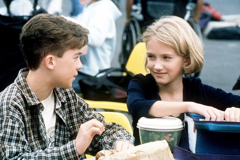 Malcolm (Frankie Muniz) tauscht mit seiner Schulfreundin Julie (Landry Allbright) die Pausenbrote. – Bild: ORF eins