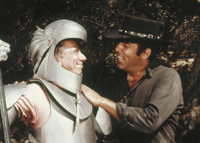 Eine Postkutsche, in der sich auch Adam (Pernell Roberts, r.) befindet, wird überfallen. Da taucht urplötzlich eine Gestalt in Ritterrüstung (Henry Jones, l.) auf, die die Banditen in die Flucht schlägt ... – Bild: Sat.1 Gold
