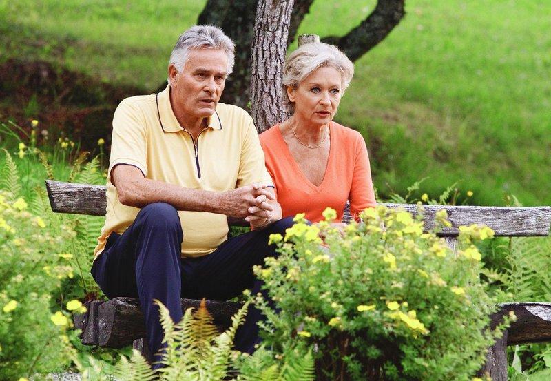 """Emil Scheidegger (Klaus Wildbolz) und seine Frau Ingrid (Heidi Maria Glössner) haben sich offenbar nichts mehr zu sagen. – Bild: """"ARD Degeto/die film gmbh/Lukas Unseld"""" (S 2)"""