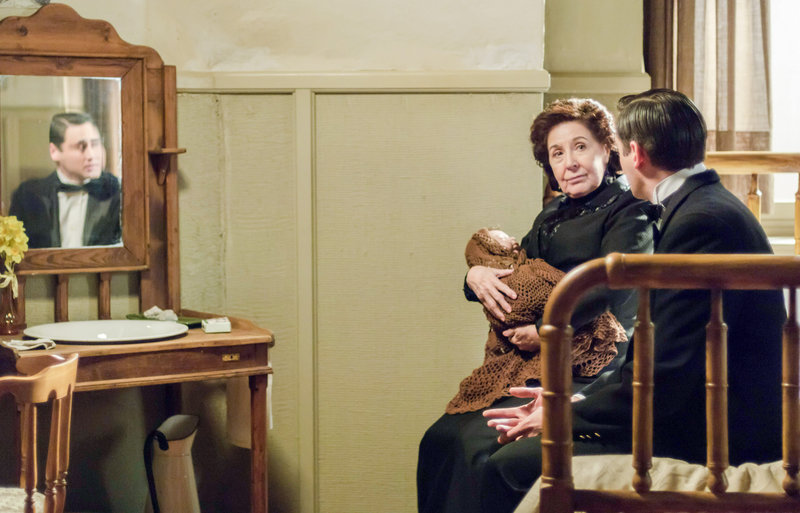 Doña Ángela (Concha Velasco) hat das bisher versteckt gehaltene Baby ihres Sohnes Andrés (Llorenç González) entdeckt. – Bild: One