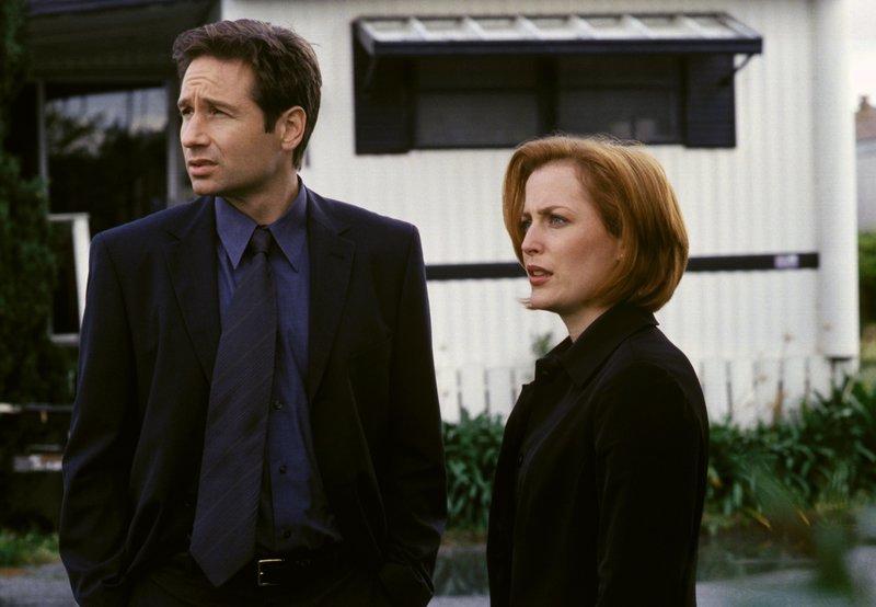 Fox Mulder (David Duchovny, l.); Dana Scully (Gillian Anderson, r.) – Bild: 1999-2000 Twentieth Century Fox Film Corporation. All rights reserved. Lizenzbild frei